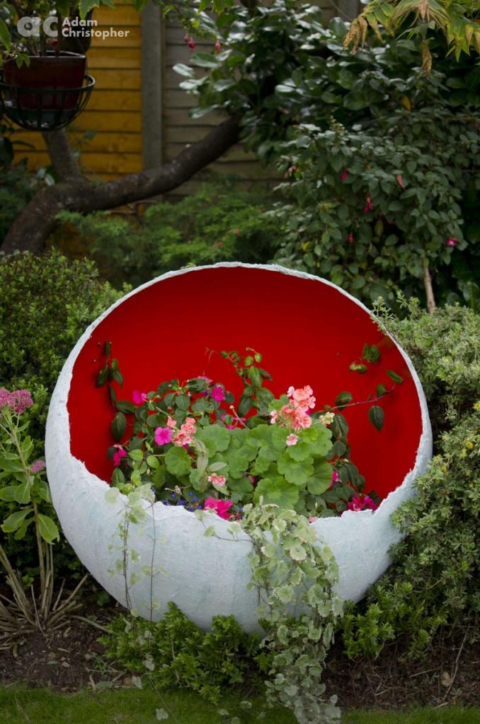 head-on-shot-of-egg-sculpture-planter-logo